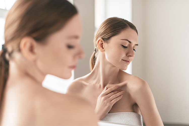 El acné corporal tiene la misma base fisiopatogénica que el acné facial. Tendremos riesgo de padecerlo en cualquier lugar donde existan glándulas