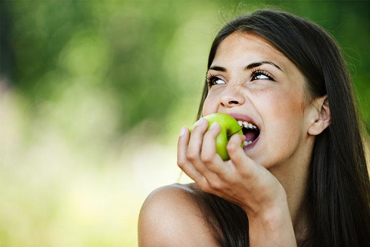El acné suele presentarse clínicamente de forma insidiosa y progresiva. Te damos algunos consejos dermocosméticos para afrontarlo.