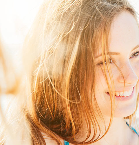 El sol ejerce una función inmunosupresora, antiinflamatoria y bactericida sobre las bacterias que hacen sinergia negativa en el desarrollo del acné.