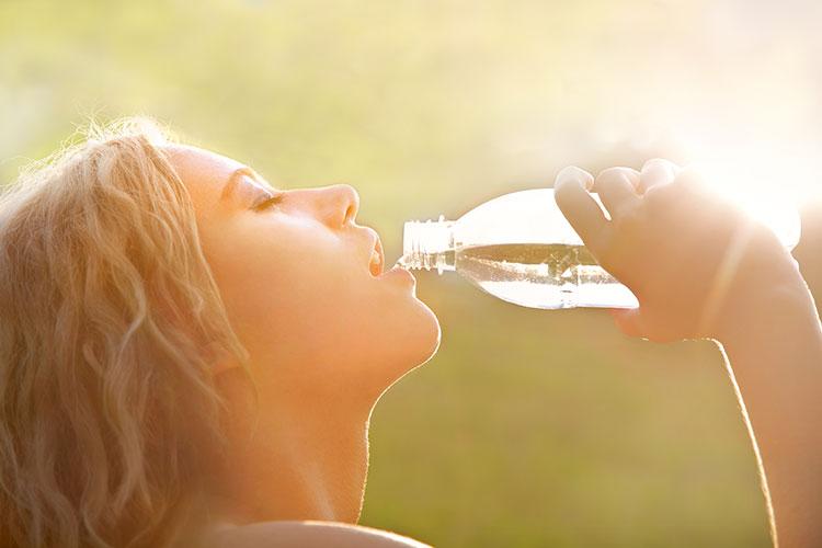 Da de beber a tu piel con productos que sean un cóctel de proteoglicanos, vitaminas y colágeno, elementos esenciales para mantenerla sana y cuidada.