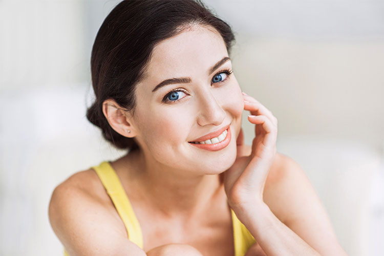 El peeling facial tiene como función básica y fundamental la exfoliación y persigue el adelgazamiento de la capa córnea de la piel.