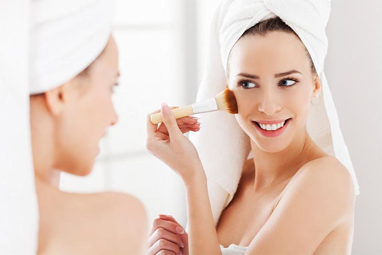 Los productos de maquillaje se han considerado siempre los enemigos número uno para tener una piel sana y bonita.