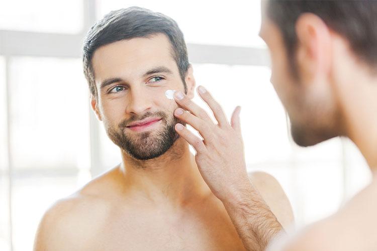 Hoy vamos a explicar qué tratamiento es más adecuado para el cuidado y rejuvenecimiento facial en la piel masculina