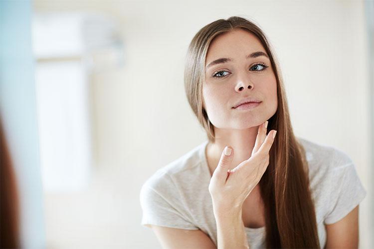 Cuando tengas la piel sensible te recomendamos visitar a tu especialista dermatólogo para descartar patologías subyacentes.